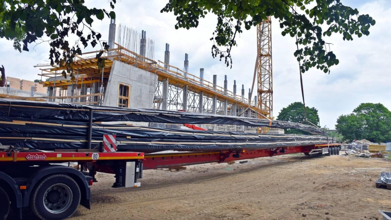 Wielkie dźwigary na budowie Fabryki Wody